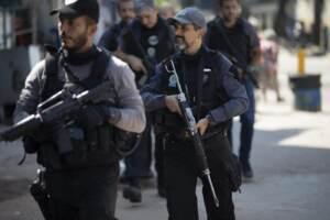 Rio de Janeiro, spari e granate tra narcos e polizia in una favela: 25 morti