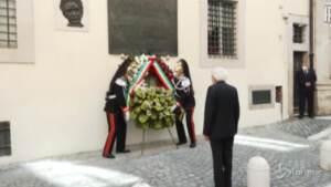 Moro, Mattarella depone una corona di fiori in via Caetani