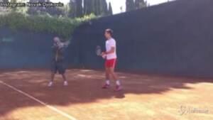 Fiorello spiega a Djokovic come giocare a tennis