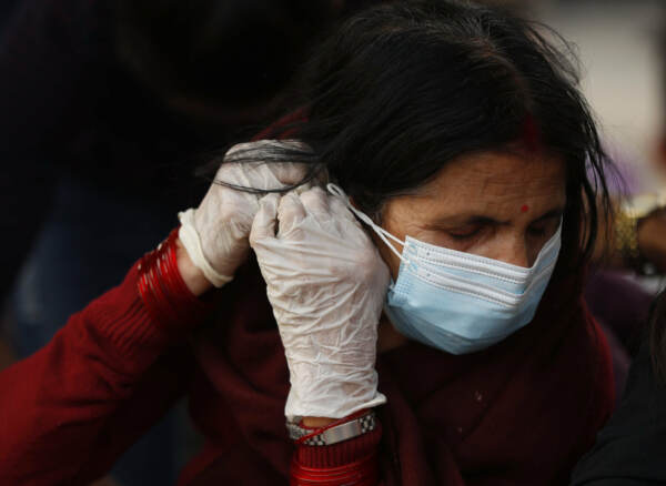 Nepal, migliaia di persone lasciano la capitale alla vigilia del lockdown