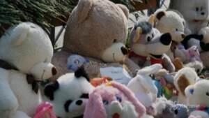 Russia, memoriale di fiori e pupazzi davanti alla scuola della strage