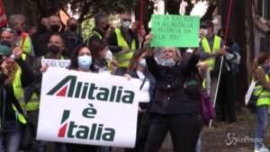 Alitalia, lavoratori in protesta davanti alla Rai