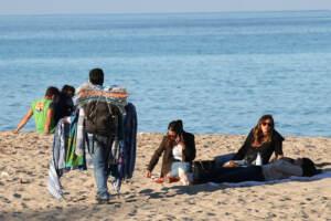 Il Covid non ferma i Palermitani, in tanti in spiaggia a Mondello