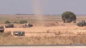Scena di paesaggio con carri armati al confine con Gaza