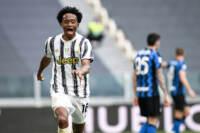 Lo juventino Cuadrado esulta dopo aver segnato un gol all'Inter