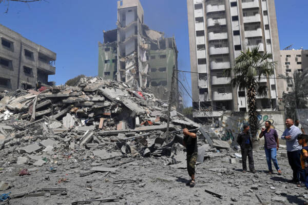 Gaza, raid notturni di Israele: colpita la casa del leader di Hamas Sinwar