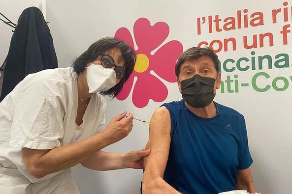 Gianni Morandi si vaccina contro il Covid: Finalmente!
