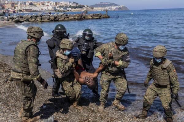 Spagna, arrivi record di migranti a Ceuta e Melilla