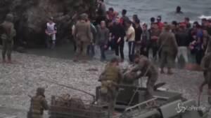 Migranti, emergenza sulle spiagge di Ceuta: Madrid schiera l'esercito