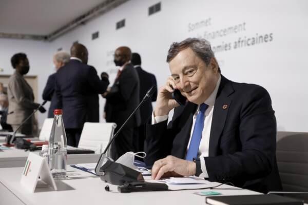 Mario Draghi al telefono a Parigi