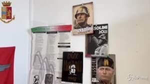 Poster e immagini di Mussolini appese