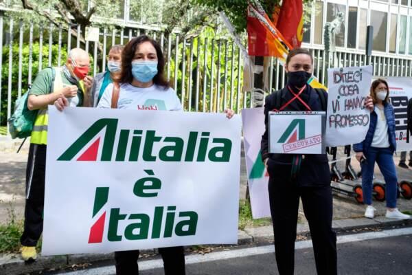 Roma, lavoratori Alitalia protestano davanti alla sede della Rai