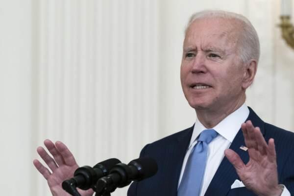 Biden assegna la medaglia d'onore al veterano della guerra di Corea Ralph Puckett