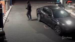 Rapina una stazione di servizio con complice e ruba 3.900 euro: arrestato