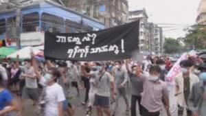 Myanmar: flash mob dell'opposizione a Yangon, la protesta scatta all'improvviso