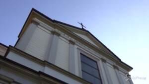 """Una messa in ricordo delle vittime a Stresa, il parroco: """"Dio è rimasto schiacciato in quella cabina"""""""