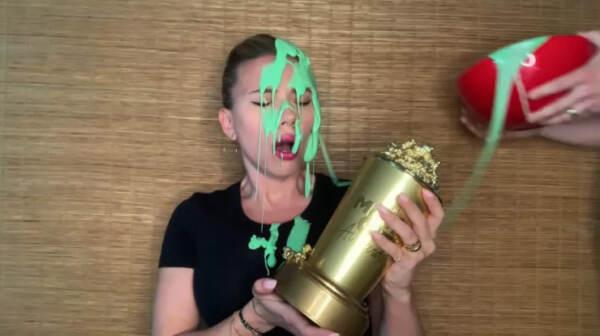 Scarlett Johansson è stata ricoperta di slime dal marito Colin Jost durante gli MTV Movie & TV Awards