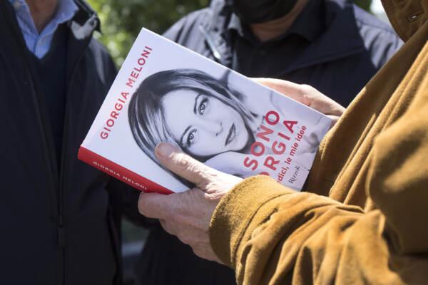 Roma, militanti di Fdi regalano il libro di Giorgia Meloni davanti al liceo Amaldi
