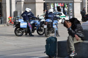Milano si sveglia in lockdown, la città deserta