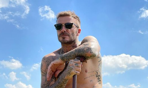 """David Beckham a petto nudo su Instagram: """"Così fanno gli inglesi"""""""