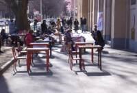 Sit in di insegnanti e alunni davanti ad una scuola primaria di Milano