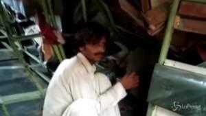 Corpi tra le macerie dei treni in Pakistan