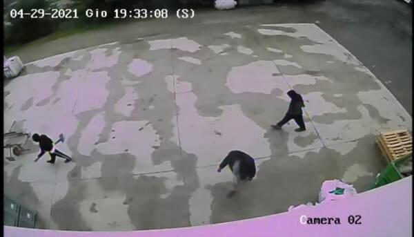 Un frame del video diffuso dai carabinieri che mostra i parenti di Saman Abbas