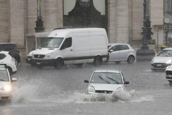 Roma, violento nubifragio con grandine