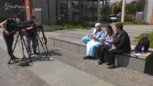 """Attesa per il verdetto Mladic, mamme di Srebrenica davanti al tribunale dell'Aia: """"Oggi è un giorno storico"""""""