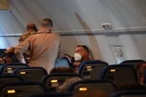 Soldati su aereo fermo