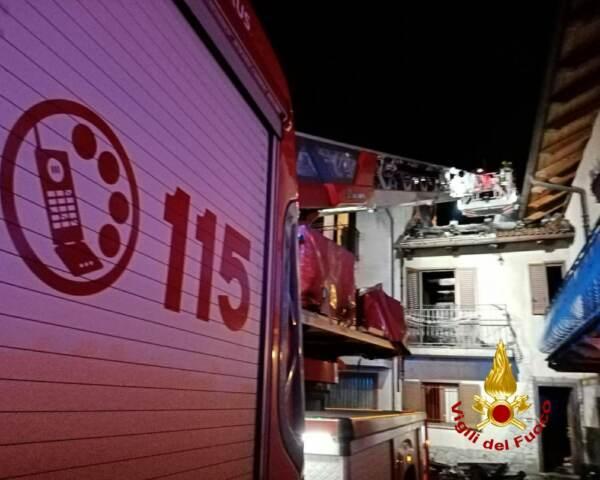 Sant'Ambrogio: i Vigili del Fuoco hanno lavorato fino a tardi per spegnere l'incendio del tetto di una casa ai Bertassi