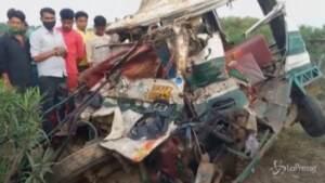 India, scontro tra bus e furgone: 17 morti