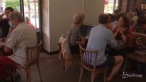 Francia, riaprono bar e ristoranti anche al chiuso