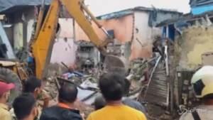 India, crolla palazzo dopo forti piogge a Mumbai: 11 morti