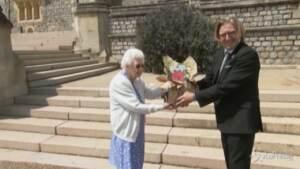 La Regina pianta una rosa per i 100 anni di Filippo
