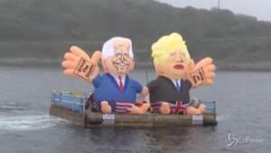 G7, al largo della Cornovaglia gonfiabili di Biden e Johnson: il flash mob di 'Crack the Crises'