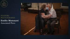 La foto di Ap che ritrae due anziani che si baciano che ha vinto il Pulitzer