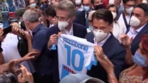 """Napoli, Conte riceve la maglia di Maradona: """"Un genio che ha messo d'accordo tutti"""""""