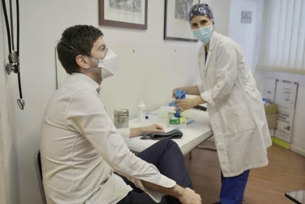 Vaccini: il ministro Speranza ha ricevuto la prima dose