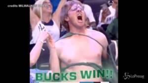 Nba, fan dei Bucks festeggia strappandosi la maglietta come Hulk