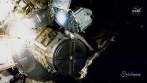 Gli astronauti ancora al lavoro per il montaggio dei pannelli solari sulla Stazione spaziale
