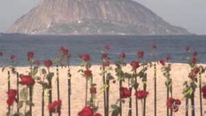 Brasile, oltre 500mila morti per Covid: rose rosse sulla spiaggia di Copacabana