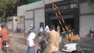 Pakistan, calano i casi di Covid e riaprono le scuole
