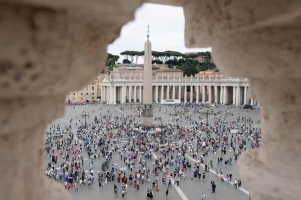 Papa Francesco recita l'Angelus in Piazza San Pietro