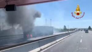 Incidente tra camion, mezzi a fuoco sulla A1: lo spegnimento delle fiamme