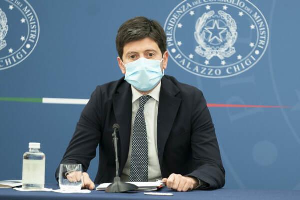 """Covid, Speranza: """"Firmata ordinanza, cade obbligo mascherina all'aperto da 28 giugno"""""""