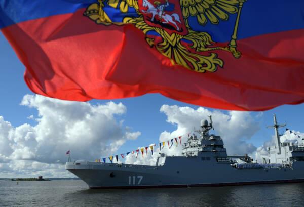 Crimea, spari di avvertimento da Russia a nave da guerra britannica