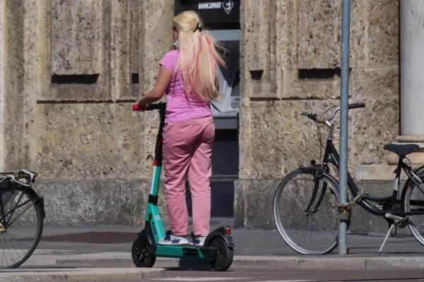 Dilaga a Milano la moda del monopattino elettrico