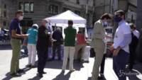 persone al banchetto dell'associazione luca coscioni a Milano