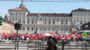 """Sindacati in piazza in tre città, Landini al governo: """"Non è il momento di fratture sociali"""""""